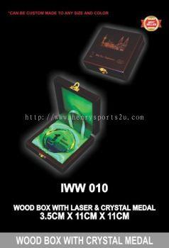 IWW 010 WOOD BOX WITH CRYSTAL MEDAL GR