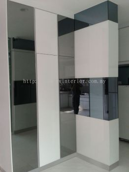 Pillars with tempered glass grey mirror