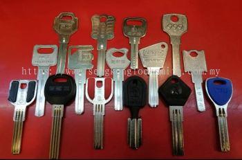 Anti-theft door key